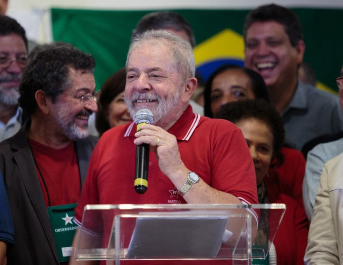 Lula anunció su candidatura presidencial