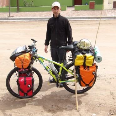 Lucas Donaire bicicleteando desde el Chaco en su paso por Victorica con destino al sur.