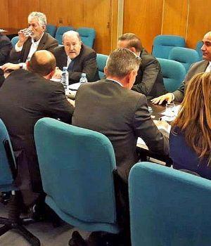 Los gobernadores del PJ insisten en ser convocados por Macri