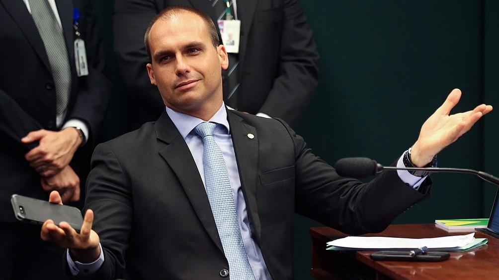 Eduardo Bolsonaro fustiga decreto del presidente Fernández y quiebra el clima de deshielo