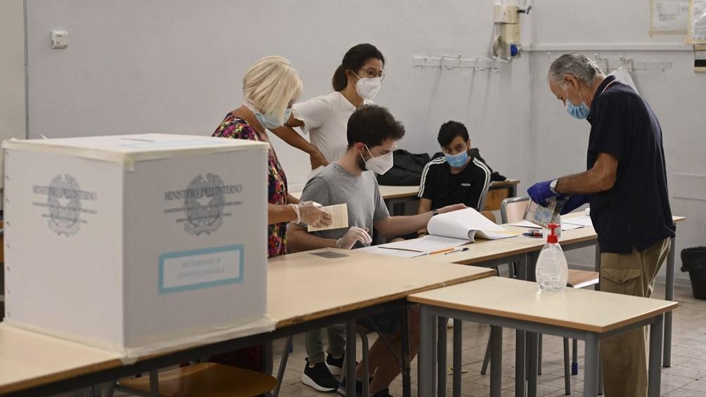 Los italianos definen si achican el Parlamento, con alta participación pese a la pandemia