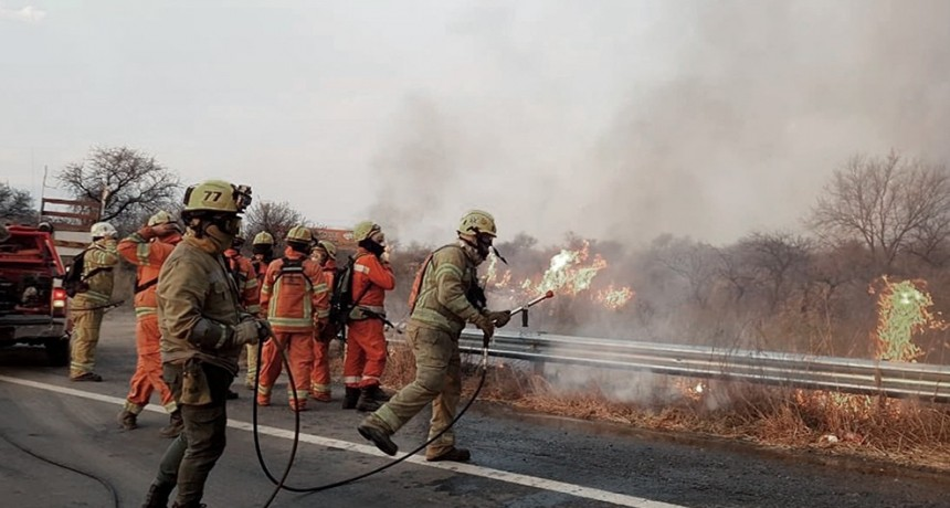 Continúa el combate a los incendios en las sierras chicas de Córdoba