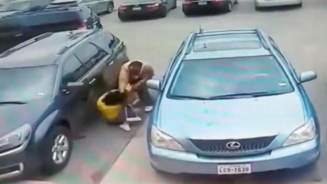 Desquiciado molió a golpes a madre e hija por un lugar en el estacionamiento